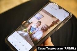 Левиза показывает фотографию Наримана с сыном Джемилем, село Первомайское Симферопольского района, 26 сентября 2021 года