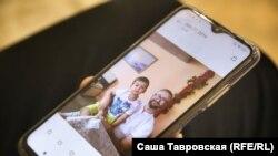 Leviza Narimannıñ oğlu Cemilnen fotoresimini köstere, Aqmescit rayonınıñ Biy Tanış (Pervomayskoye) köyü, 2021 senesi sentâbrniñ 26-sı