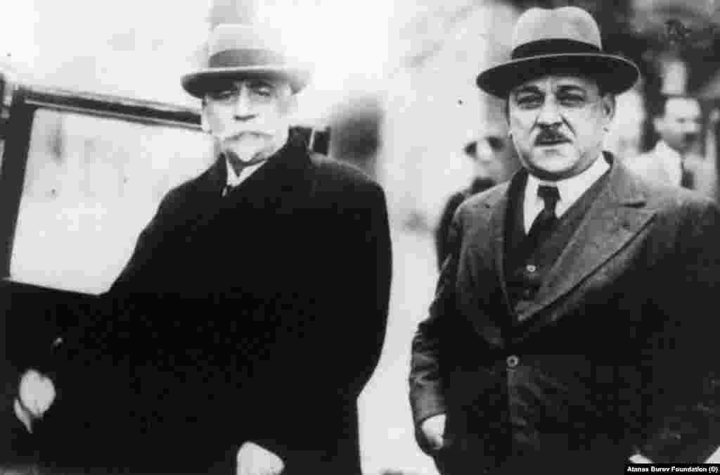 """Атанас Буров (вдясно) в края на 20-те години. На тази снимка е заедно с министър-председателя Андрей Ляпчев. Буров (1875-1954) е финансист и политик от Народната партия и от партията Демократически сговор. В периода 1913-1931 той три пъти е министър - първо на търговията, а по-късно - на външните работи. През 1941 г. той е от хората, подписали апела за среща с цар Борис Трети и за недопускане България да влезе във войната на страната на нацистка Германия. Той също е осъден от Народния съд. Преминава през затвор, интерниране и лагер.На 15 май 1954 г. умира в Пазарджишкия затвор. Неговата къща в София е на улица """"Московска"""" 41."""