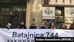 Gjatë tubimit përkujtues aktivistët u ndalë para Kuvendit të Serbisë