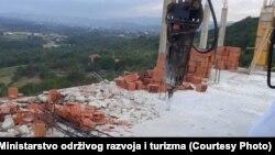Rušenje nelegalno sagrađenog objekta Srpske pravoslavne crkve, u naselju Zoganju kod Ulcinja, 10 juni 2020.