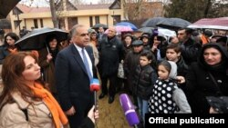 Armenia - Opposition presidential candidate Raffi Hovannisian campaigns in Yerevan, 27Jan2013.