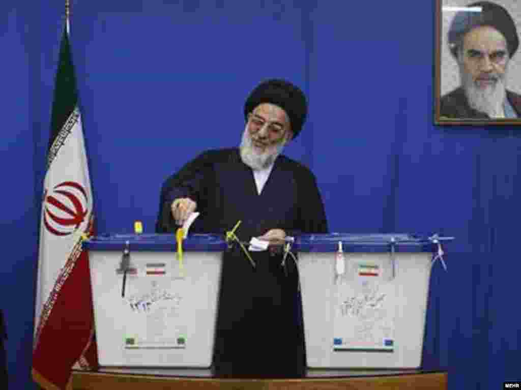 ირანის უზენაესი სასულიერო ლიდერი ალი აკბარ ხამენეი მოქმედ პრეზიდენტს უჭერს მხარს - საპრეზიდენტო არჩევნები ირანში