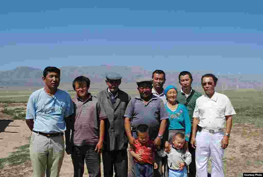 Семья Батынасын Атыган уулу вместе с гостями