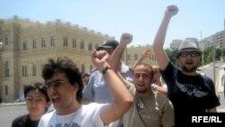"""Члены """"Далга"""" на акции, 8 июля 2010"""