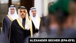 Фейсал бен Фархан Аль Сауд (второй слева)