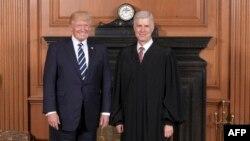 Predsjednik SAD Donald Trump sa sudijom Vrhovnog suda Neilom Gorsuchem kojeg je on imenovao 15. juna 2017.