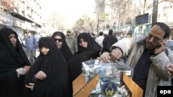 Demonstrators donate financial aid during an anti-Israeli rally in Tehran.