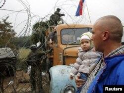 Kosovski Srbi i vojnici KFOR-a kod barikade u selu Jagenjica, 23. oktobar 2011.