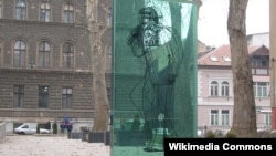 """Spomenik Davorinu Popoviću u parku """"Mirza i Davor"""" u Sarajevu"""