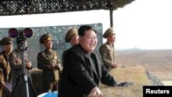 Лидер КНДР Ким Чен Ын наблюдает за военными учениями