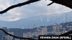 Вид на Ялту и горы из парка Мордвинова