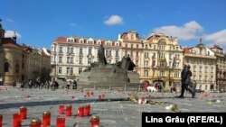 A koronavírus-járvány áldozatainak emlékére gyújtott gyertyák Prágában, 2021. április 4-én
