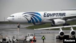 یک هواپیما خطوط هوایپمایی مصر در فرودگاه پاریس.