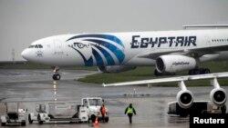 EgyptAir компаниясының апатқа ұшыраған Airbus A320 ұшағы Париж әуежайында. 19 мамыр 2016 жыл.