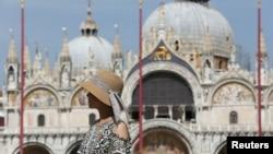 """Туристка на площада """"Сан Марко"""" във Венеция. Туризмът ще пострада силно от ограниченията"""