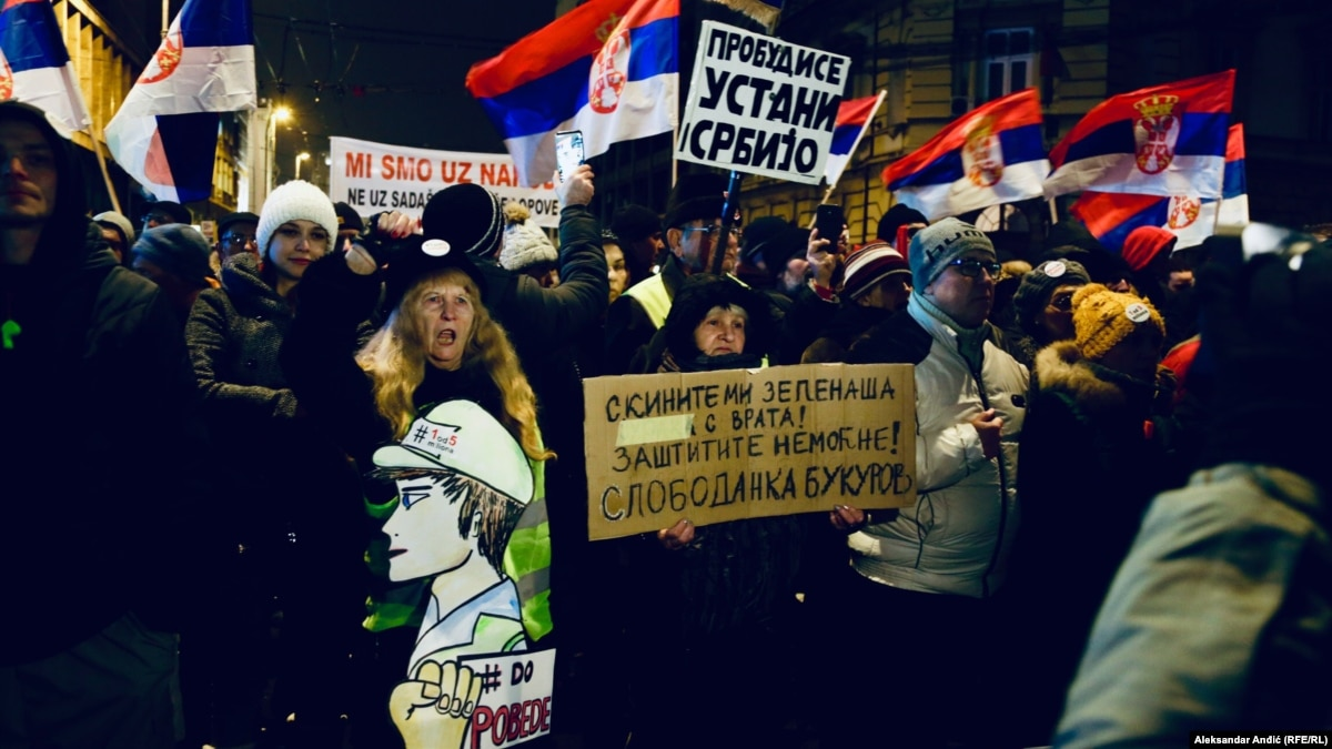 Сербия: тысячи людей митингуют против президента