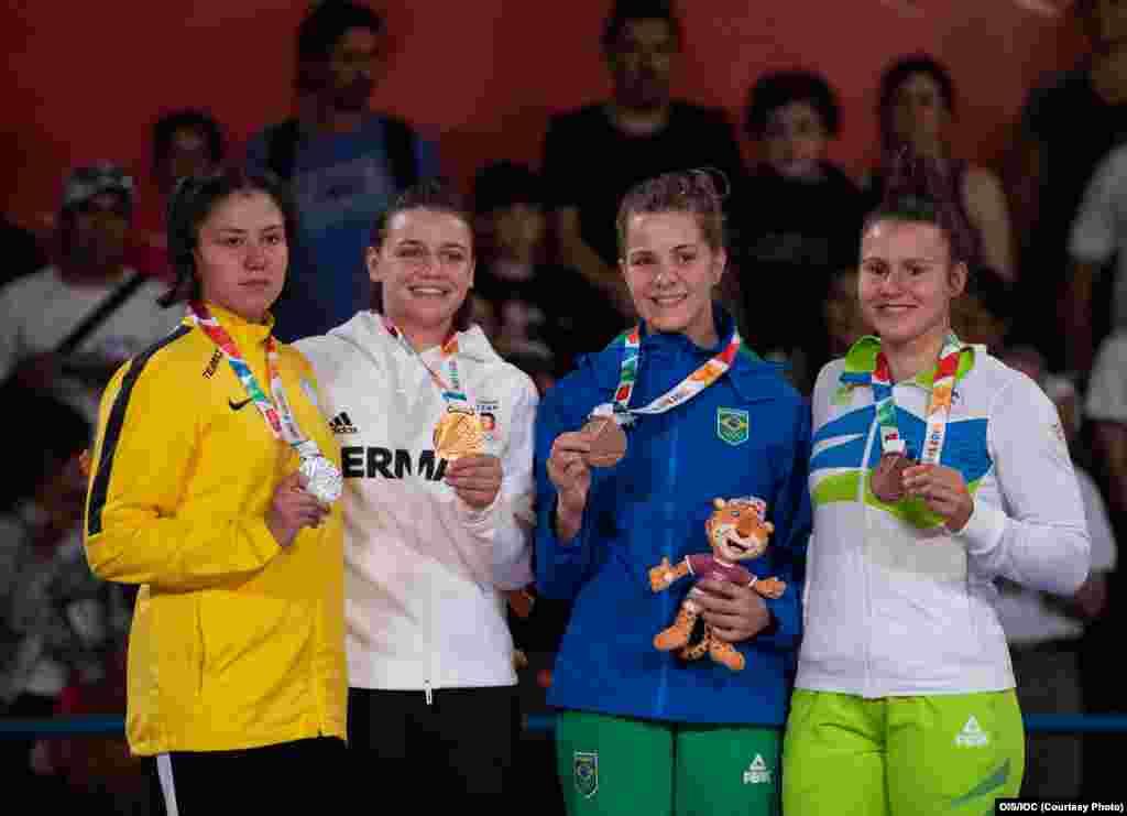 Гриценко (в желтой спортивной куртке) во время награждения призеров юношеской Олимпиады - 2018.