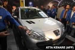 ایران خودرو گفته است که امسال قصد فروش ۱۰۰ هزار خودرو را دارد.