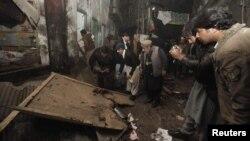 Një fotograf i forcave të sigurisë e fotografon vendin e sulmit vetëvrasës me bombë në Khyber Pakhtunkhwa