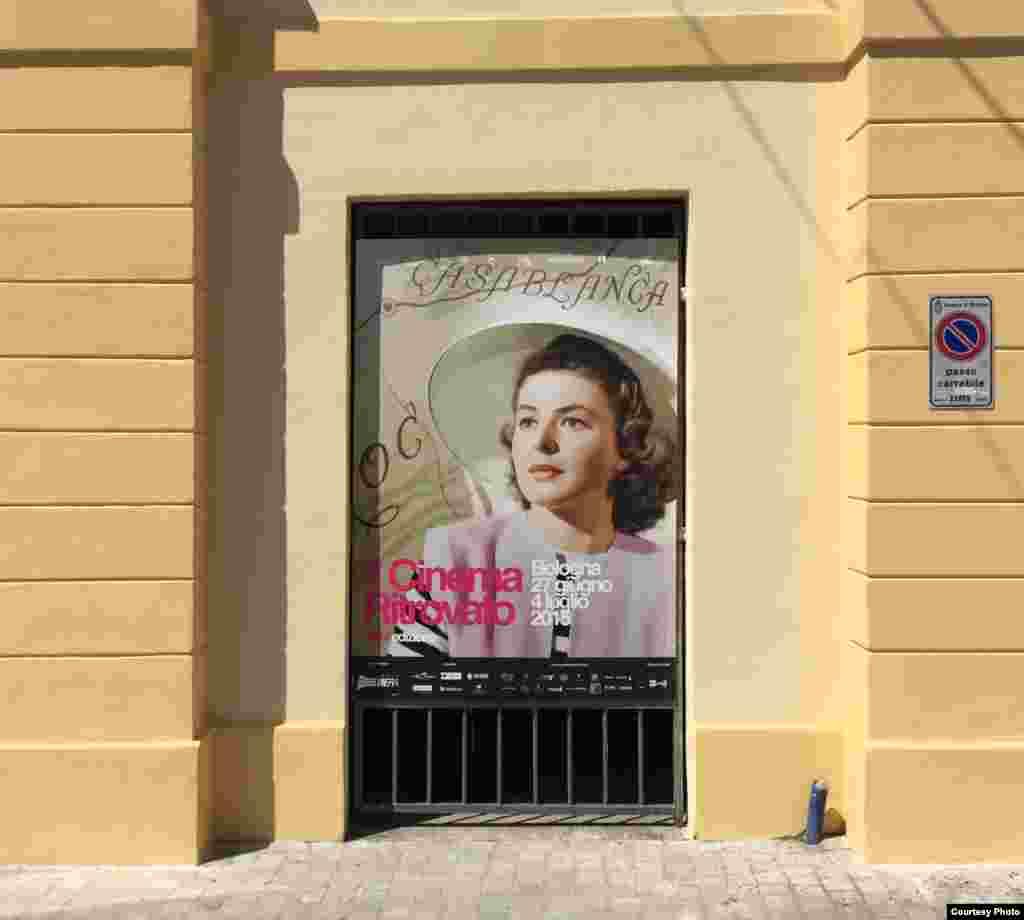 Плакат фестиваля на стене синематеки