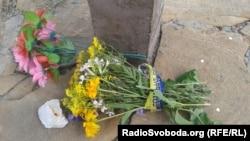 Квіти з жовто-блакитною стрічкою, які Олег приніс на місце падіня МН17 у річницю збиття літака в 2017 році