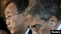 د ملګروملتونو مشر بان کي مون او د عرب ټولنې مشر امر موسی په قاهره کې خبري غونډې ته خبرې کوي.۲۰۱۱م کال د مارچ ۲۱ مه نېټه