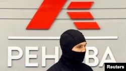 "Сотрудник ФСБ на фоне лого компании ""Ренова"""
