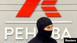 Співробітник ФСБ під час обшуку в компанії «Ренова», 5 вересня 2016 року