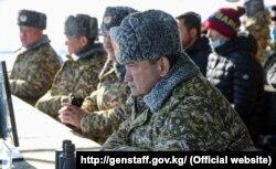 Глава Генштаба Таалайбек Омуралиев следит за учениями, 9 декабря 2020 г.