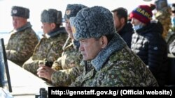 Башкы штабдын башчысы Таалайбек Өмүралиев машыгууга көз салууда. 2020-жылдын 9-декабры.