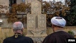 علی یونسی در کنار سبوه سرکیسیان٬ اسقف اعظم ارامنه تهران و شمال