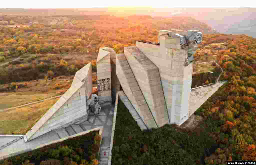 """Огромен бетонен лъв се извисява от паметника """"Основатели на българската държава"""" над Шумен. Бетонният колос е открит за отбелязването на 1300 години българска държава."""