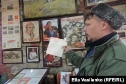 Помощник по благоустройству частного музея Максим Ештокин проводит экскурсию
