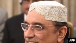 Пәкістан президенті Асиф Әли Зардари Тегерандағы жиын барысында мәлімдеме жасап тұр. 24 маусым 2011 жыл.
