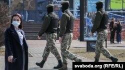 Минск кўчаларидан биридаги куч ишлатар тузилмалар ходимлари, 2021 йил марти