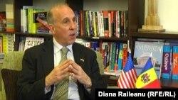 Ambasadorul James D. Pettit în cursul interviului