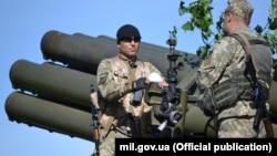 Украинские артиллеристы возле реактивной системы залпового огня 9П140 «Ураган»