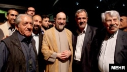 محمدخاتمی و احمد مسجد جامعی (نفر دوم از راست) در جمع اهالی سینما- ۲۲ تیرماه ۱۳۹۲