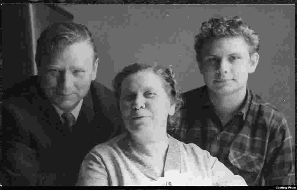 Максім Танк з жонкай і сынам. З асабістага фонду М. Танка ў БДАМЛМ