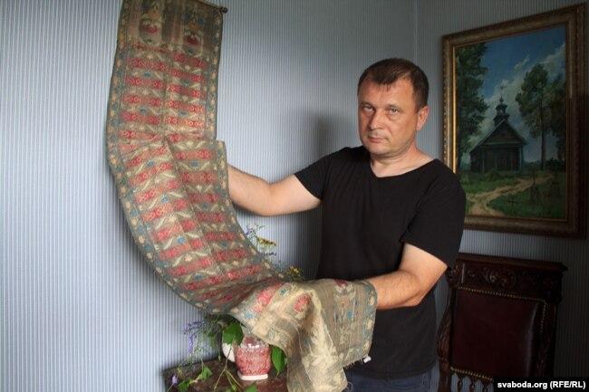 Ксёндз Сяргей паказвае фрагмэнт слуцкага поясу