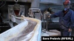 Рабочий на алюминиевом производстве. Иллюстративное фото.