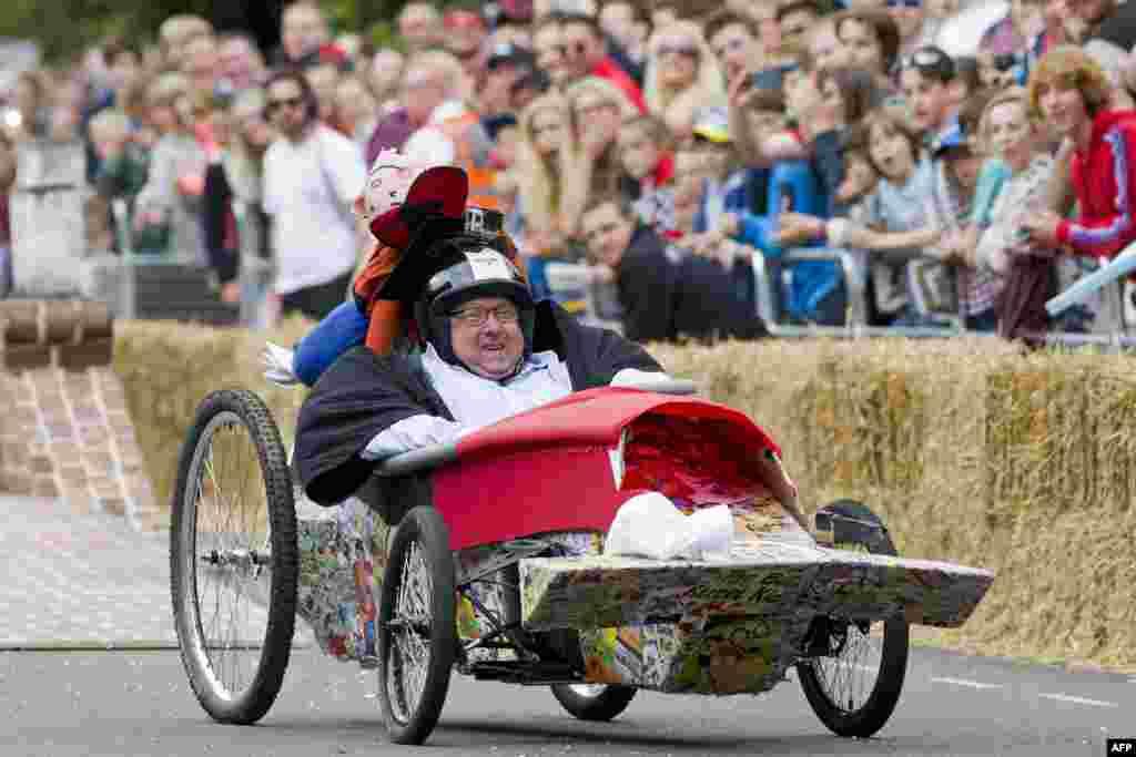 По правилам гонок аппарат должен двигаться исключительноза счет физической силы команды в момент разгона и за счет ускорения и силы гравитации в ходе движения.