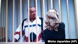 Սերգեյ Սկրիպալը մոսկովյան դատարանում զրուցում է իր փաստաբանի հետ, արխիվ