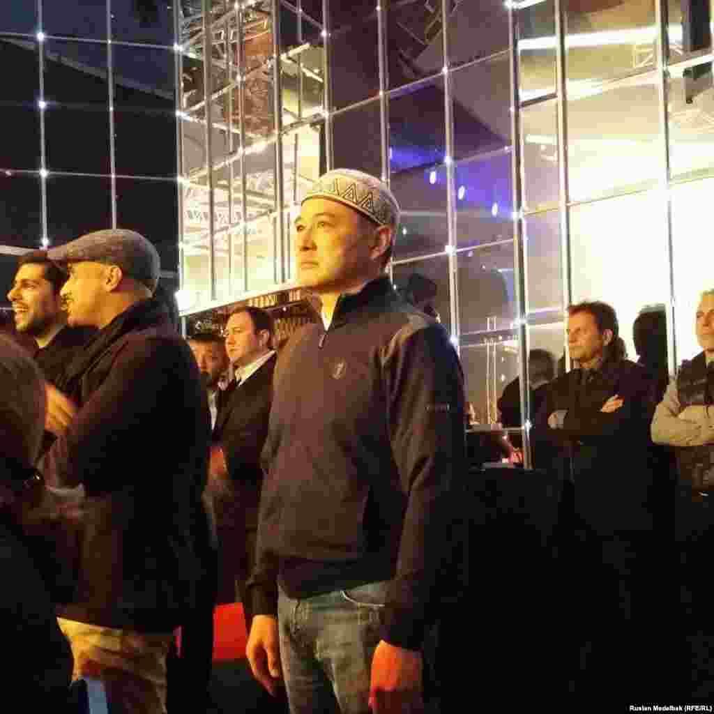 50-летний житель Караганды Алтай Кенжетаев говорит, что год копил деньги, чтобы приехать на этот матч. По его словам, поддержать Головкина из Караганды приехали 30 человек.