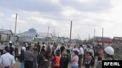 Собрание жителей улицы Идриса Ургенишбаева по поводу ее состояния. Актобе, 3 мая 2010 года.