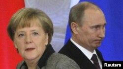 Германия канцлері Ангела Меркель (сол жақта) және Ресей президенті Владимир Путин. Кремль, Мәскеу, 16 қараша 2012 жыл.