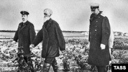 Петр Столыпин (уңда) басулар карап йөри, 1910 ел (архив фотосы)
