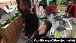 Ватанига қайтиш истагида Россия аэропортларидан бирида ухлаётган ўзбек муҳожири.