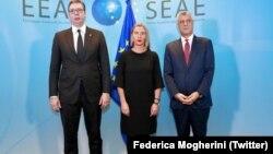 Federica Mogherini, președintele kosovar Hashim Thaci și cel sârb Aleksandar Vucic la o întîlnire mediată de UE
